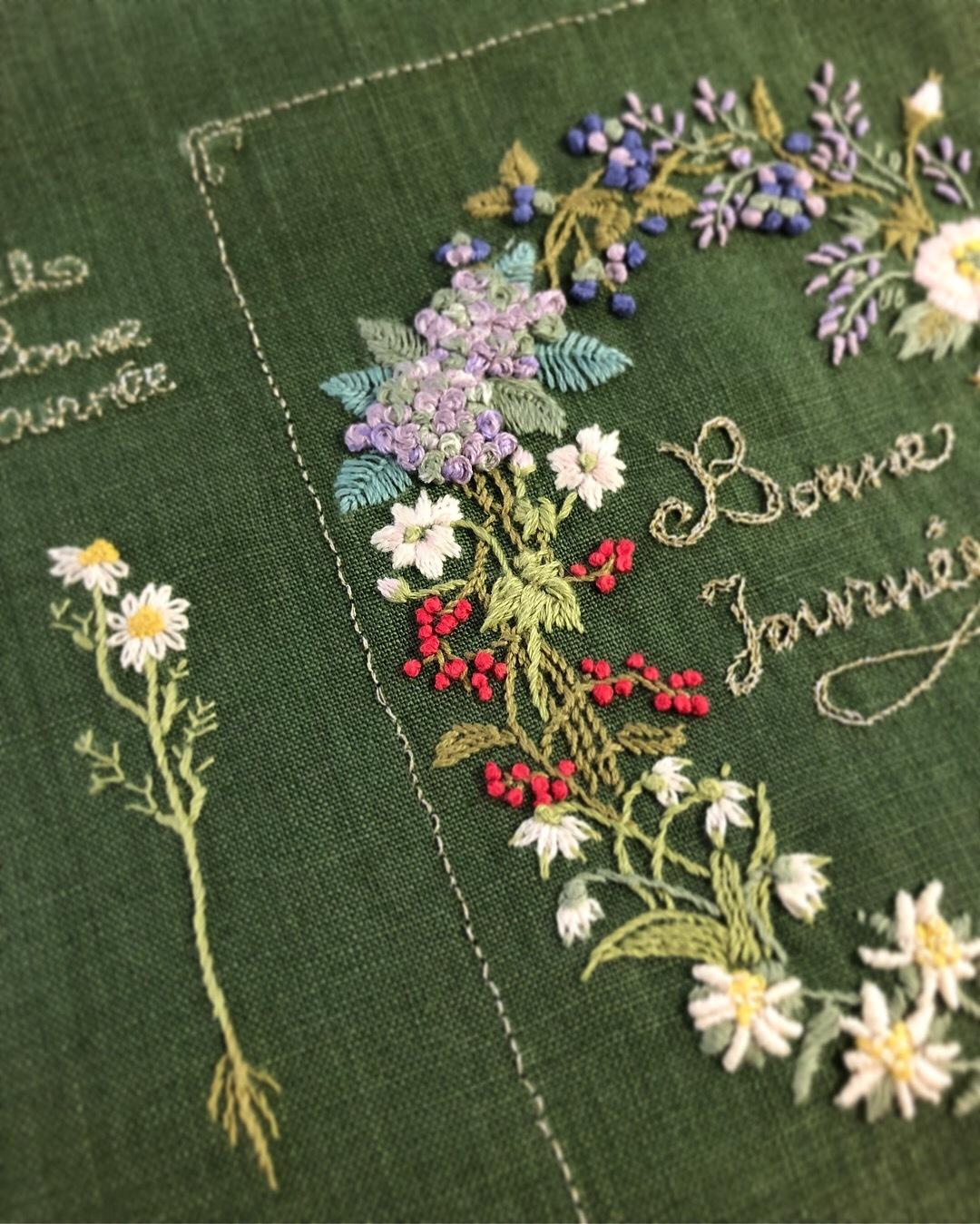 favori11号で表紙にしていただいた 花刺繍のボックスの花リース🌿_a0157409_18095765.jpeg