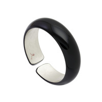 身につける漆 漆のアクセサリー バングル C型 2.2 円舞 黒色 坂本これくしょんの艶やかで美しい和木に漆塗りのアクセサリー SAKAMOTO COLLECTION wearable URUSHI accessories Bangle bracelet Waltz Jet black シンプルな形状が手元を美しく見せてくれる使いやすいデザイン、漆黒にプラチナ箔のバランスがクールな印象、手首の動きで見え隠れして上品、和木のバングルはボリュームがありながらも軽くて着け心地が楽、肌を包み込むような木のぬくもりを実感いただける使用感が特徴です。 #軽いバングル #漆のバングル #C型バングル #円舞 #黒のバングル #プラチナ箔 #accessories #jewelry #Bangle #C_type #bracelet #Waltz