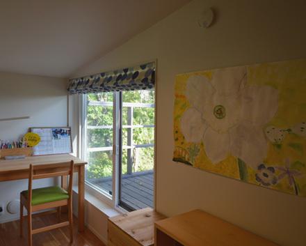 自然の中の小屋裏感のある子供部屋_b0183404_17250800.jpg