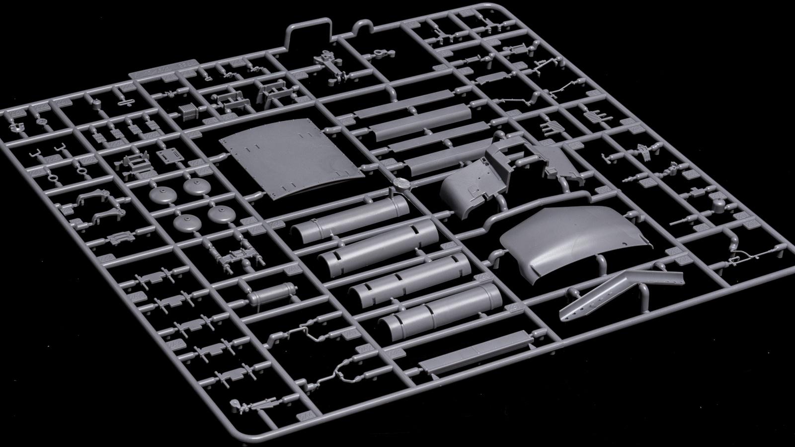 アオシマの放つ「超巨大な電気機関車のプラモデル」、トレミュEF66の細部に迫る【前編】_b0029315_01013717.jpg