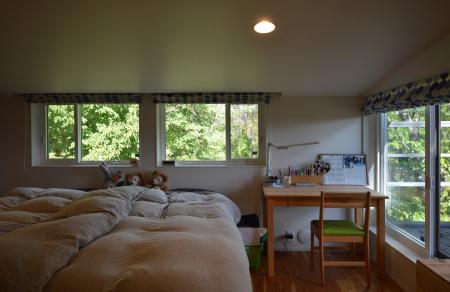 自然の中の小屋裏感のある子供部屋_b0183404_16333299.jpg