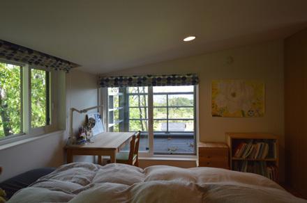 自然の中の小屋裏感のある子供部屋_b0183404_16391800.jpg