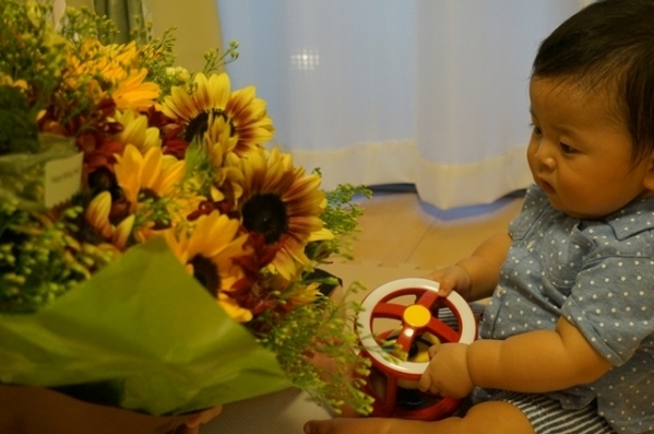 卒花嫁様アルバム ご主人さまから奥様へ、うでいっぱいの向日葵を、3年後のご結婚記念日とお誕生日のお祝いに_a0042928_21013581.jpg