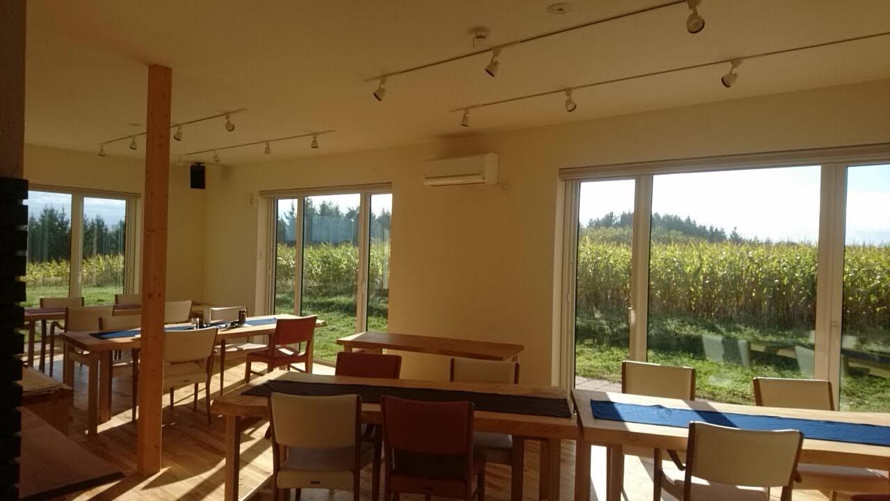 丘のほとり、朝食会場_b0106766_18155360.jpg