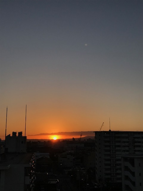 朝のお日様とお月様_f0204295_09053299.jpg
