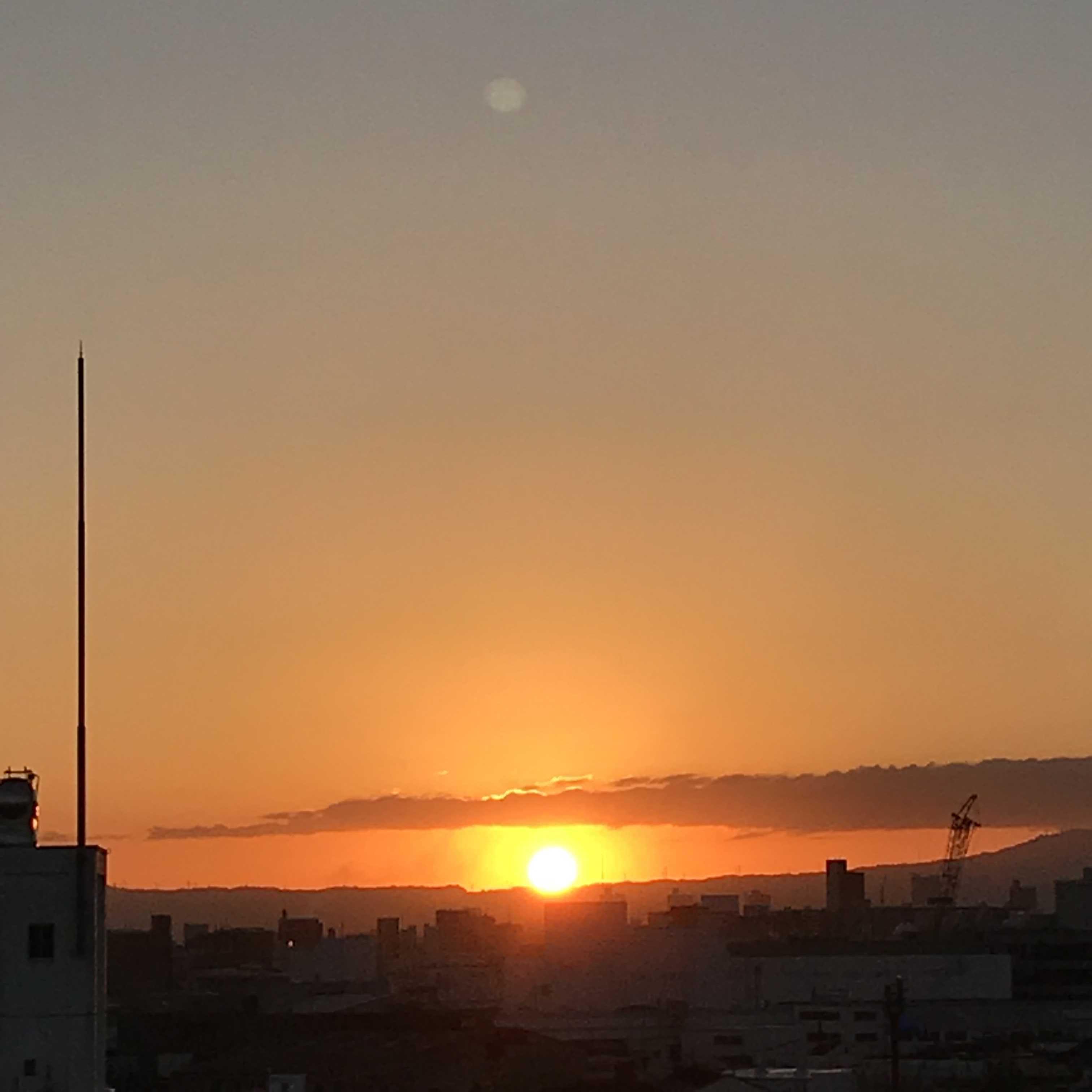 朝のお日様とお月様_f0204295_09074390.jpg