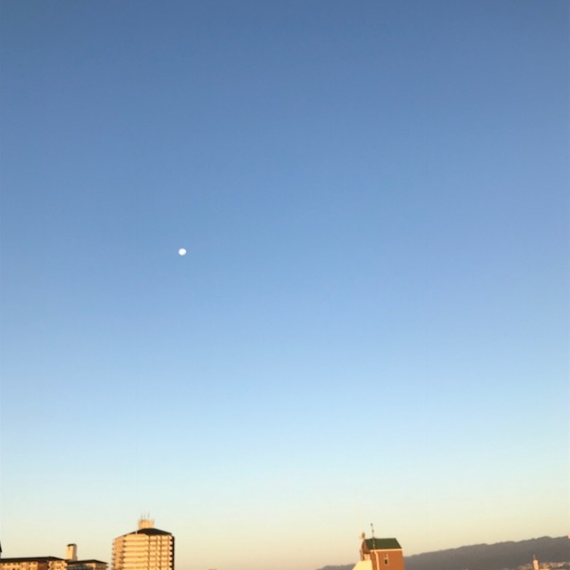 朝のお日様とお月様_f0204295_09101325.jpg