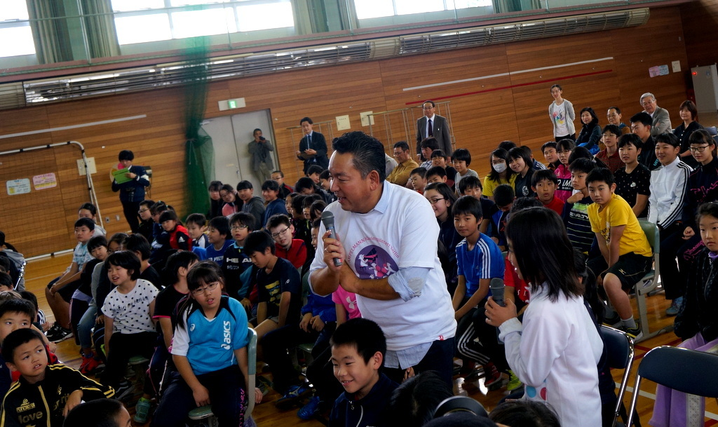 鶴居小学校で特別授業、素晴らしく出来上がったステージでリハ、そして夜は湖カヌー。_c0180686_01301991.jpg