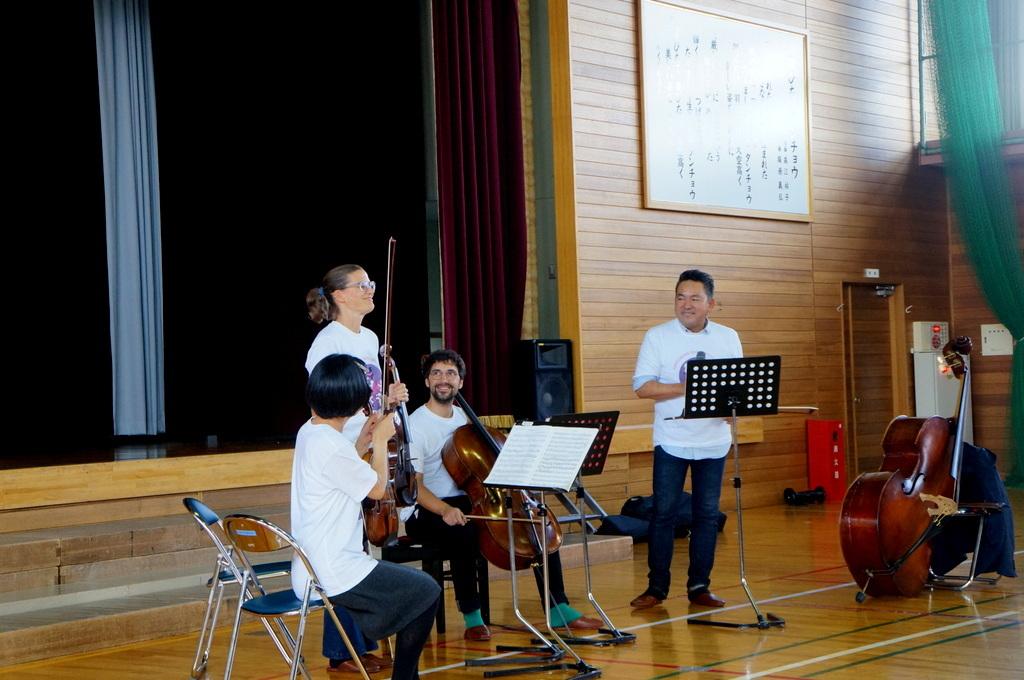 鶴居小学校で特別授業、素晴らしく出来上がったステージでリハ、そして夜は湖カヌー。_c0180686_01304044.jpg