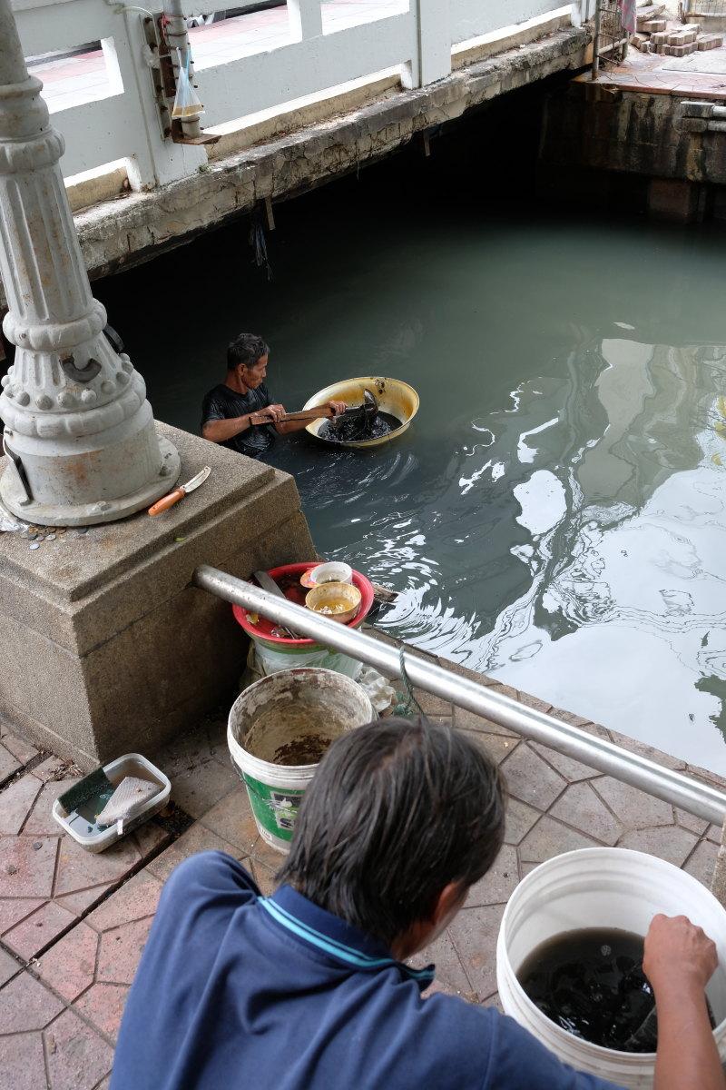 バンコク  ラチャボピット水路、砂金採りのおやじ_b0061717_18371218.jpg