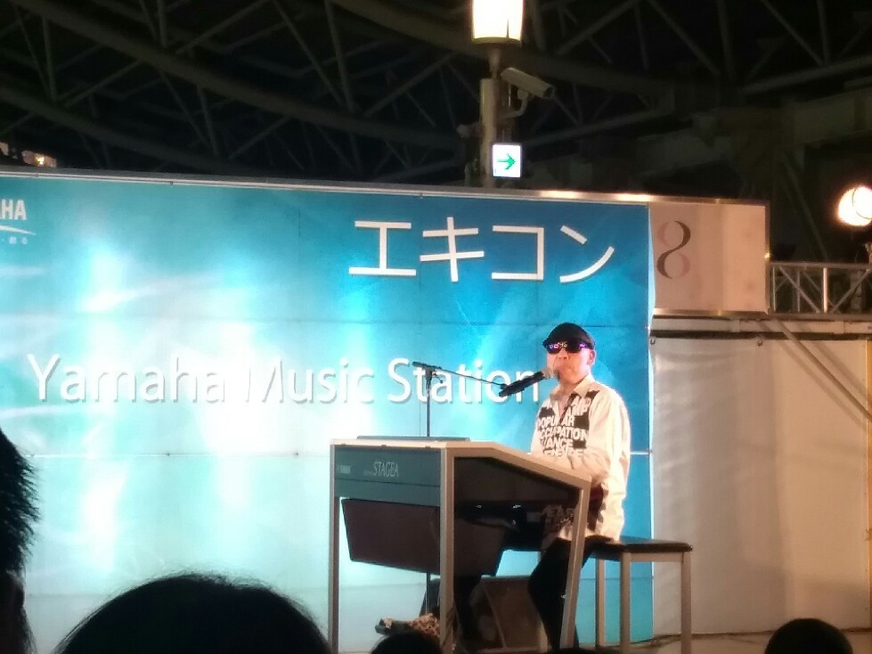 花やハロウィンの装飾がいっぱいの大阪駅でエレクトーン奏者によるエキコン~♪_a0004752_23204656.jpg