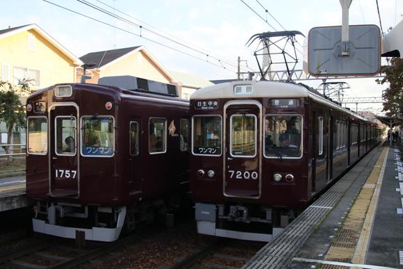 絹延橋駅 能勢電車 最新鋭車両と大先輩_d0202264_2283648.jpg