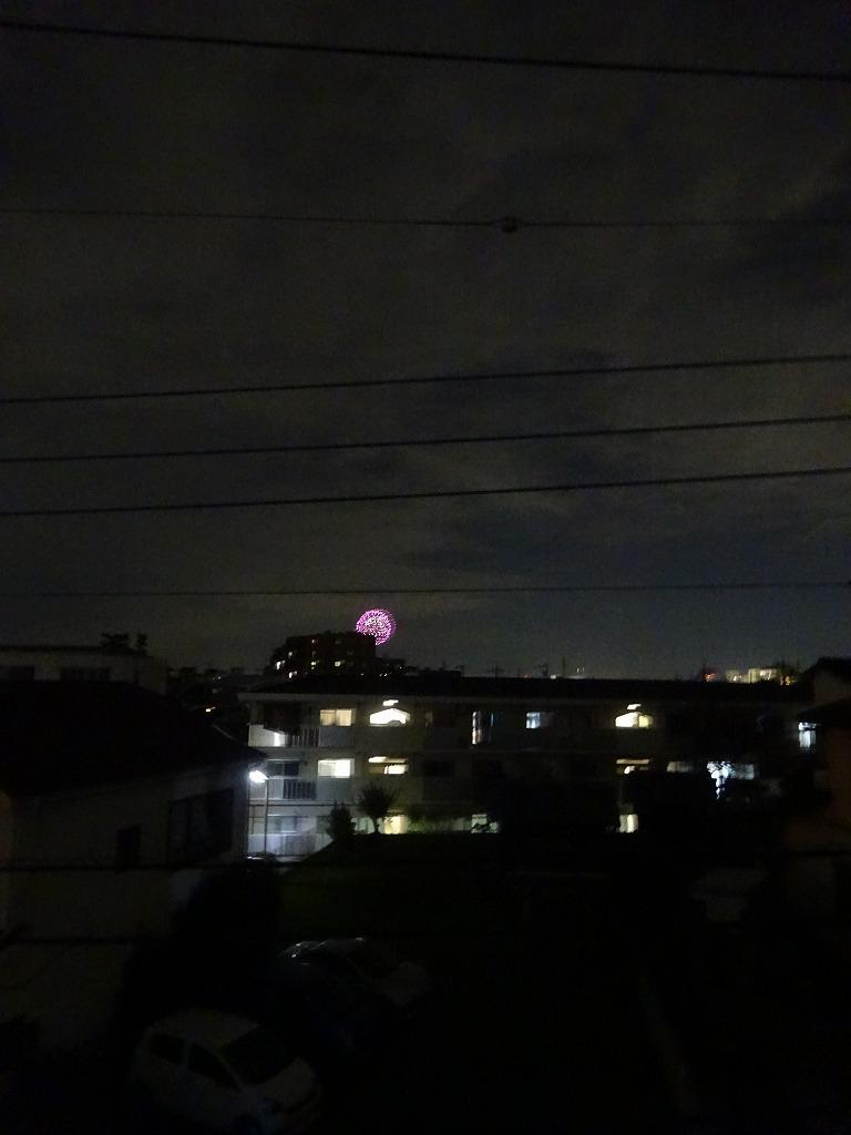 部屋の窓から打ち上げ花火が見えている_d0061678_19131942.jpg