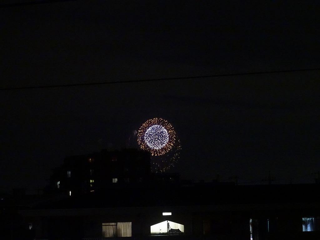 部屋の窓から打ち上げ花火が見えている_d0061678_20092223.jpg