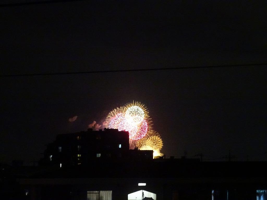 部屋の窓から打ち上げ花火が見えている_d0061678_20092237.jpg