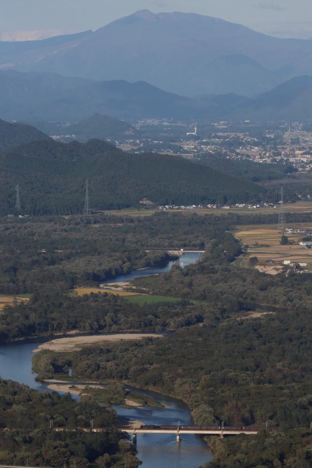 秋田駒ケ岳をバックに玉川橋梁を渡るC61 - 奥羽本線・2018年秋 -_b0190710_20055742.jpg