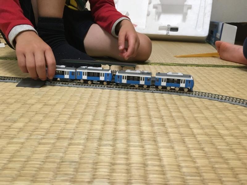 雨の日、静岡鉄道A3000型Bトレインショーティーで遊ぶ息子たち。_d0367998_22102631.jpg