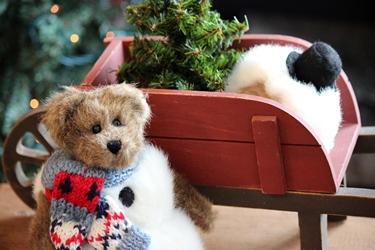 赤いウッドワゴンと編み込みセーターのベア_f0161543_1531986.jpg