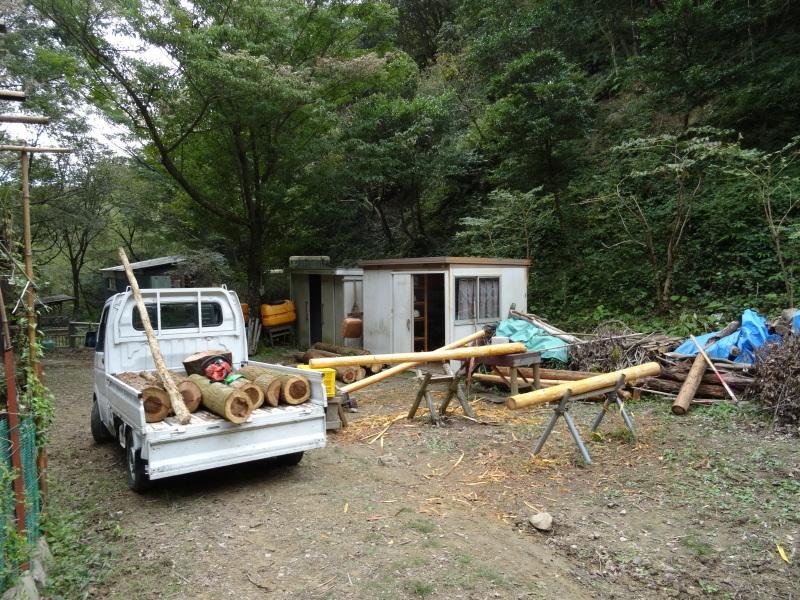 倒木の搬送・杉皮剥き・・・孝子の森_c0108460_18210254.jpg
