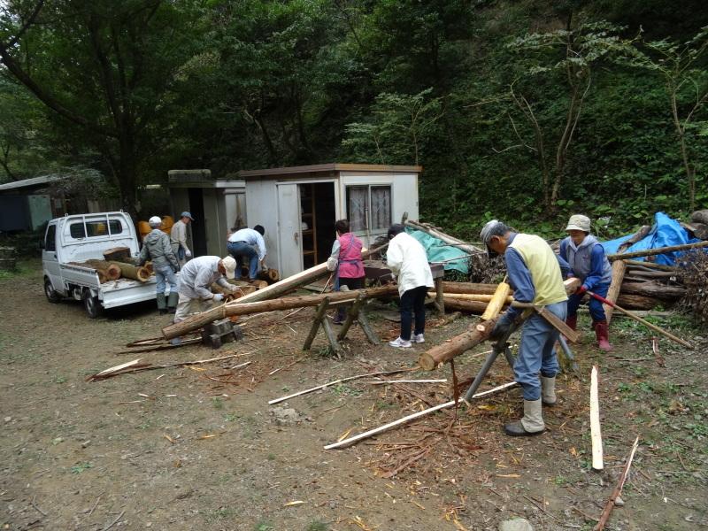 倒木の搬送・杉皮剥き・・・孝子の森_c0108460_18243997.jpg