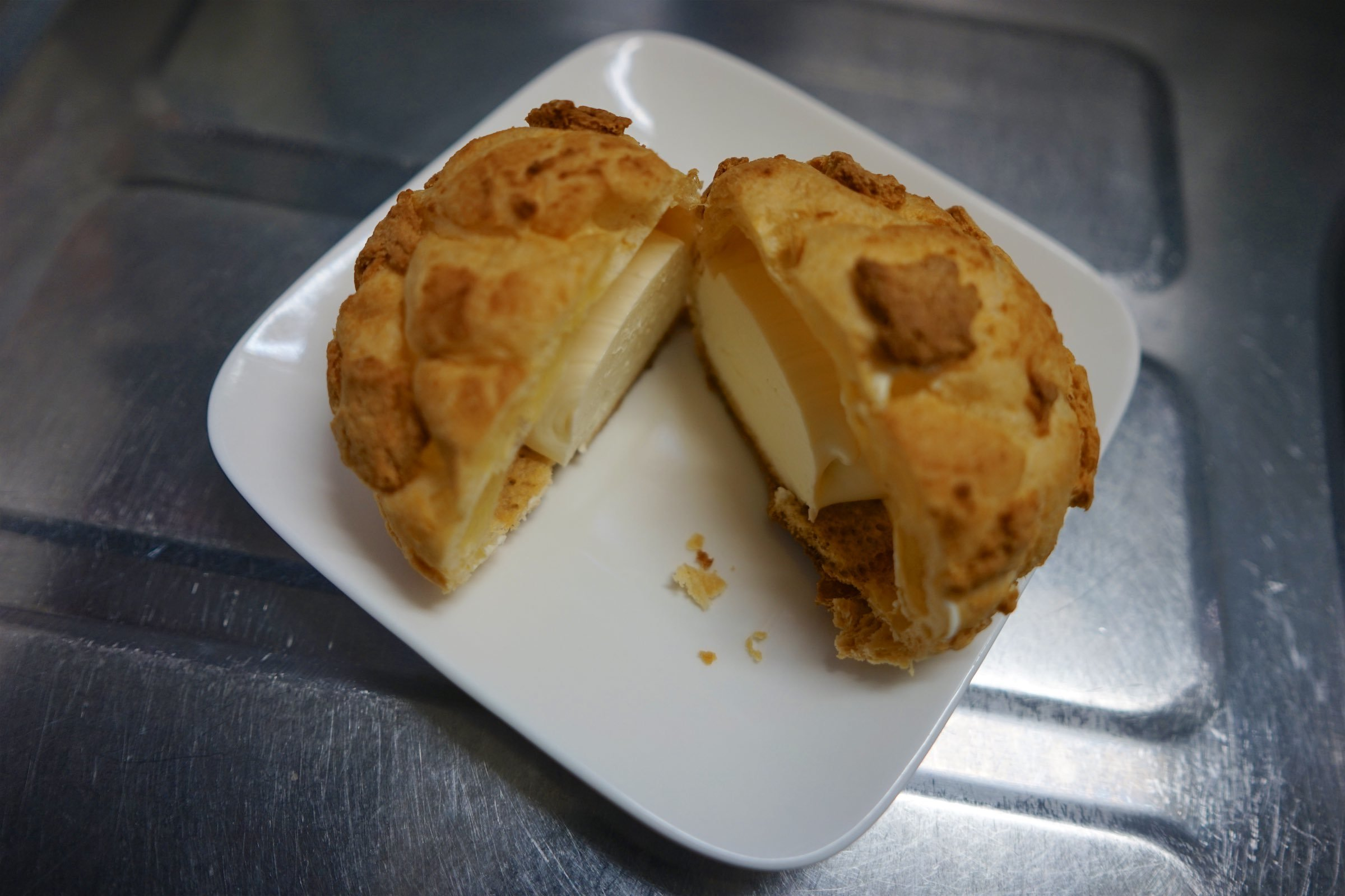 ヤマザキ レアチーズパイシューを食べる_b0360240_22564550.jpg
