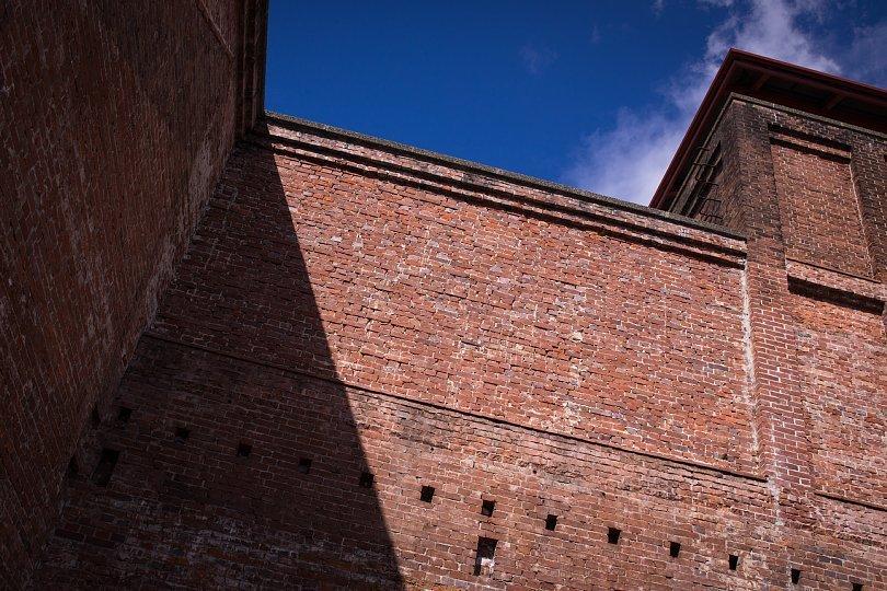 青空の下の赤煉瓦壁_d0353489_23523121.jpg
