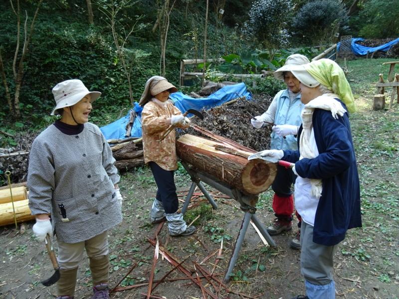 杉・檜丸太の皮剥き・・・孝子の森_c0108460_17564577.jpg