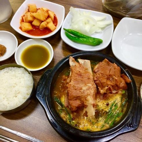 ソウル旅行 10 おひとり夕食は豪快なお肉のスープを☆永登浦_f0054260_12315105.jpg