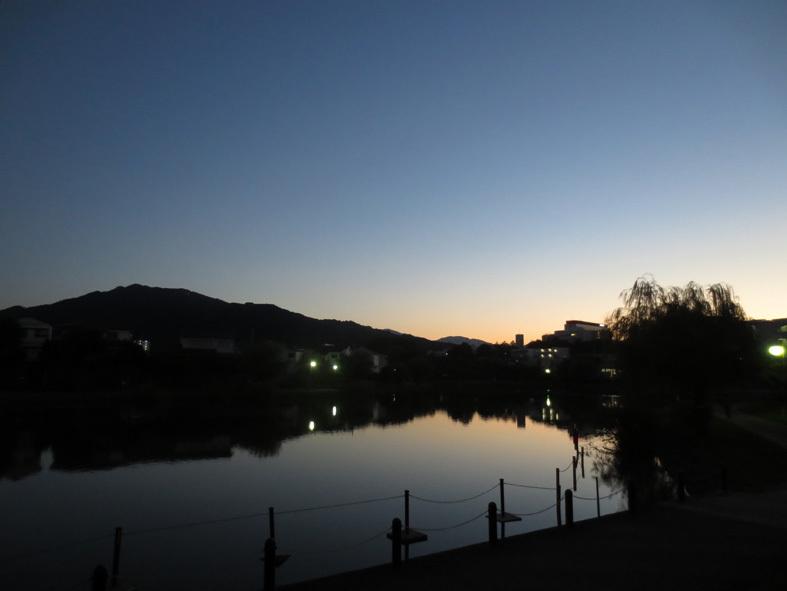 ■山の端いと近うなりたるに――週替わりの夕暮れ[10/19・24]_d0190217_21202863.jpg