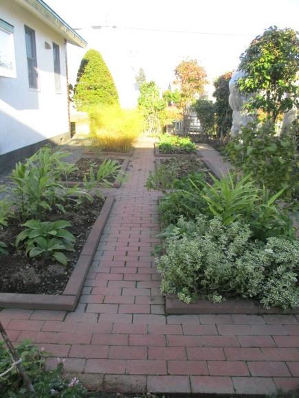終わったお庭の冬囲いとアナベルでのリース作り_a0279743_10324491.jpg