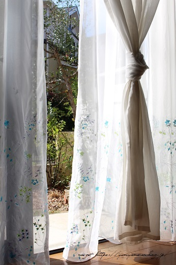 【オーダーカーテン】お洒落な刺繍入りレースカーテンでリビングの模様替え♪_f0023333_22261701.jpg