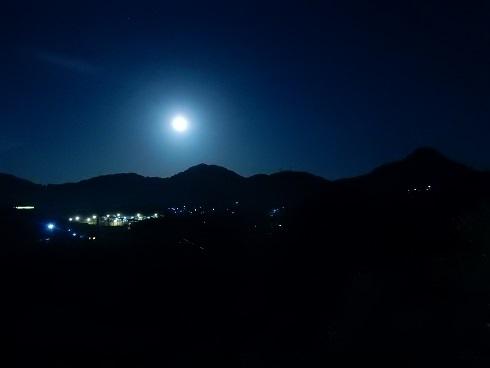 仮設住宅を十六夜月が照らす_e0175370_21293411.jpg
