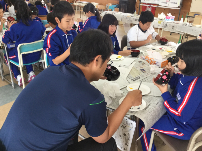 謹教小学校での絵付け体験_e0130334_22171399.jpg