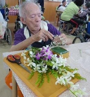 園芸療法の時間にフラワーアレンジメント_d0163307_09592693.jpg