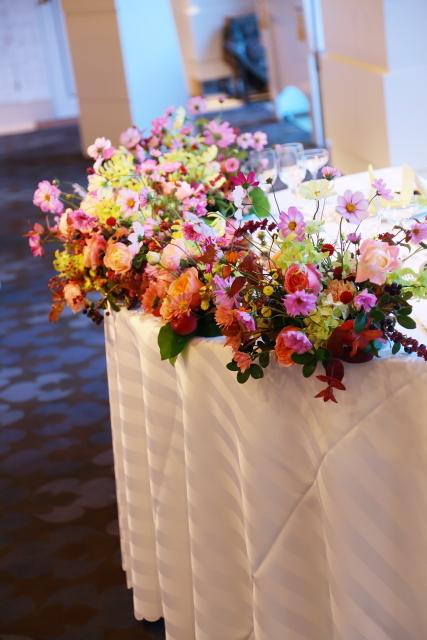 秋の装花 10月、如水会館様へ コスモスと秋の実のバスケットの卓上装花_a0042928_19330557.jpg