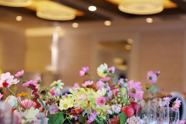 秋の装花 10月、如水会館様へ コスモスと秋の実のバスケットの卓上装花_a0042928_19330963.jpg