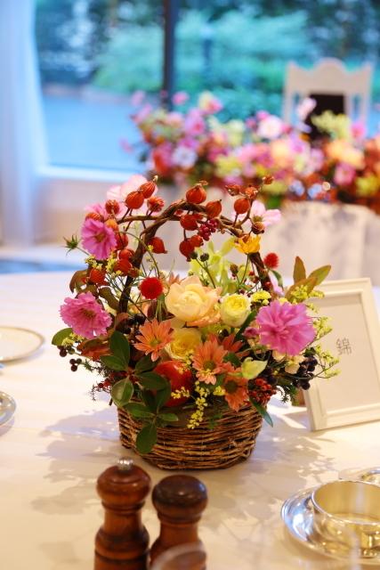 秋の装花 10月、如水会館様へ コスモスと秋の実のバスケットの卓上装花_a0042928_19340156.jpg