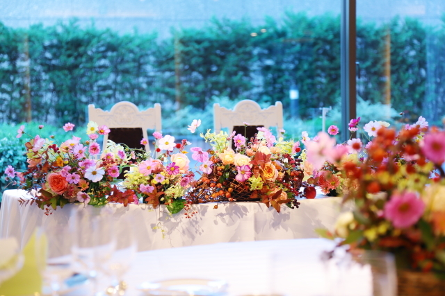 秋の装花 10月、如水会館様へ コスモスと秋の実のバスケットの卓上装花_a0042928_19340815.jpg