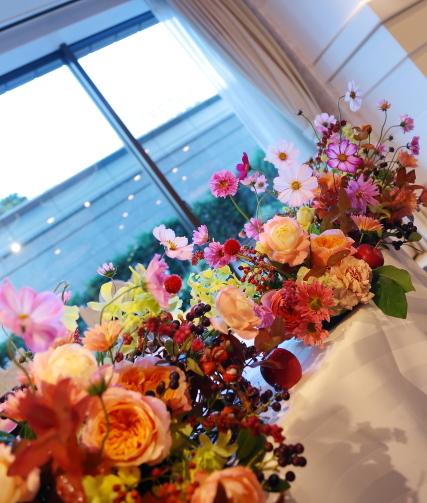 秋の装花 10月、如水会館様へ コスモスと秋の実のバスケットの卓上装花_a0042928_19491993.jpg