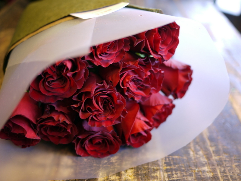 ご結婚記念日に奥様へ花束。「赤バラ11本で」。2018/10/26。_b0171193_20250570.jpg