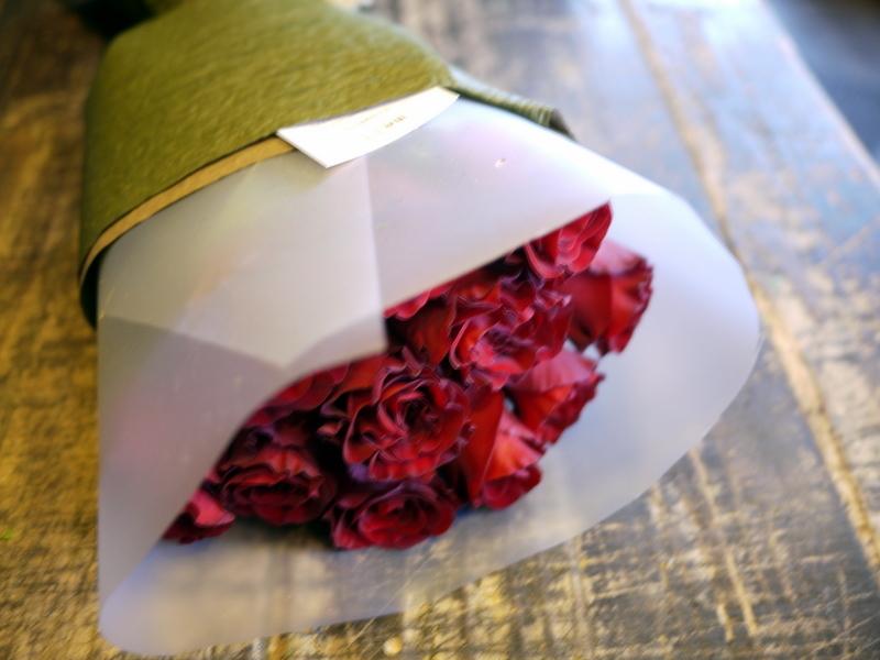 ご結婚記念日に奥様へ花束。「赤バラ11本で」。2018/10/26。_b0171193_20251054.jpg