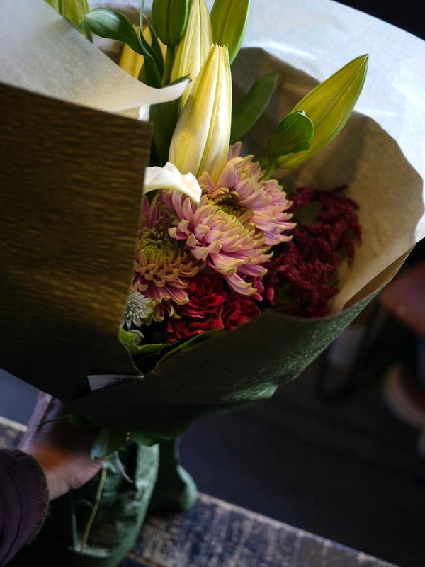 御命日に花束。西区平和1条にお届け。「百合、菊、カーネーションを使って」。2018/10/27。_b0171193_20292750.jpg