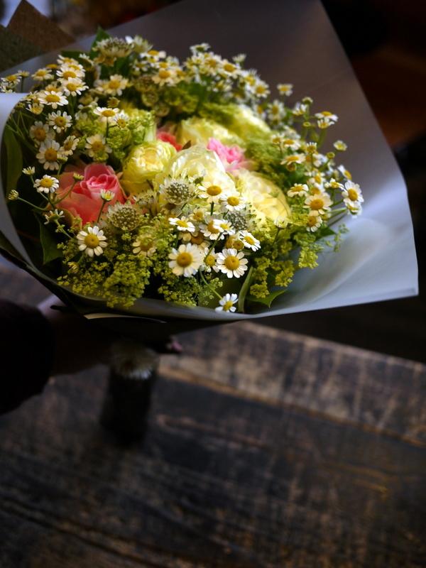 お誕生日の女性への花束。「白メインに少しピンク」。2018/10/27。_b0171193_20310555.jpg