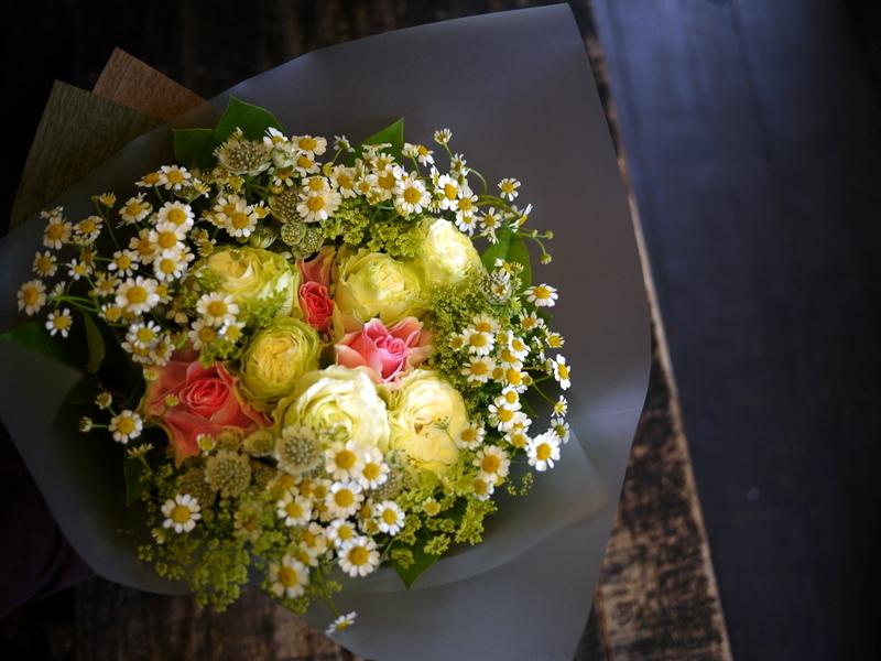 お誕生日の女性への花束。「白メインに少しピンク」。2018/10/27。_b0171193_20310852.jpg