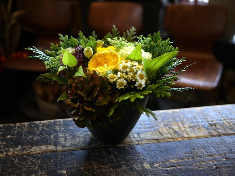 お茶の先生のお誕生日にアレンジメント。「明るい感じ」。美しが丘2条にお届け。2018/10/27。_b0171193_20342977.jpg