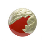 身につける漆 漆のアクセサリー 蒔絵のブローチ パックマン 朱色 坂本これくしょんの艶やかで美しくとても軽い和木に漆塗りのアクセサリー SAKAMOTO COLLECTION wearable URUSHI accessories Makie brooch Silver Polishing Pac-Man red color とてもふっくらとした使いやすい円形のフォルム、上品で奥行き感のあるハッとするような朱の艶が魅力、との粉を混ぜて盛り上げの手法と錫粉仕上げた印象的な蒔絵が迫力の一品、大振りでオシャレな誰もつけていないアクセサリーです。 #漆のブローチ #軽いブローチ #蒔絵のブローチ #赤いブローチ #ブローチ #朱色 #パックマン #accessories #jewelry #Makie #brooch #SilverPolishing #PacMan #redbrooch #漆塗り #銀磨き #印象的な蒔絵