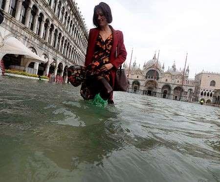「水の都」ベネチアで記録的冠水=イタリアで11人死亡 _b0064113_11273800.jpg