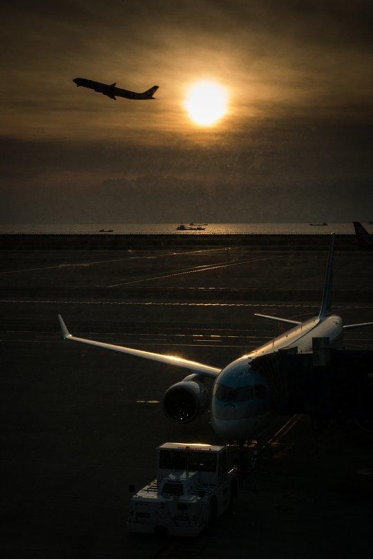 黄昏ゆく空港に潜む光蜥蜴_d0353489_22242399.jpg