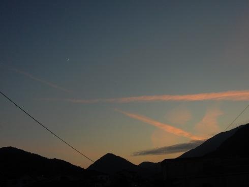 飛行機雲が茜に染まる_e0175370_21465858.jpg