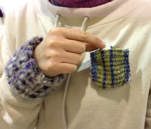 【三浦奈巳作品展〜縫って織ってできました】つけたらこんな感じ!「ポケットブローチ」とあったか「手織りバングル」_a0017350_05453217.jpg